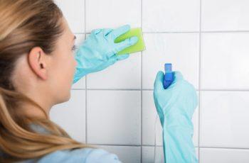 Čiščenje fug v kopalnici